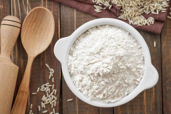 Рисовая мука в белой ёмкости