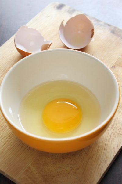 Сырое яйцо в тарелке