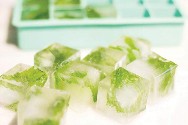 Кубики льда с зеленью