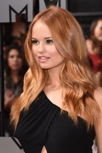 Девушка с медово-золотистыми волосами