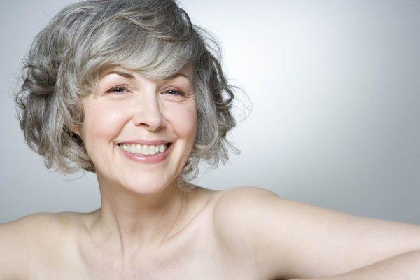 Женщина с седыми волосами