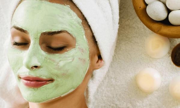 Косметическая маска на лице девушки