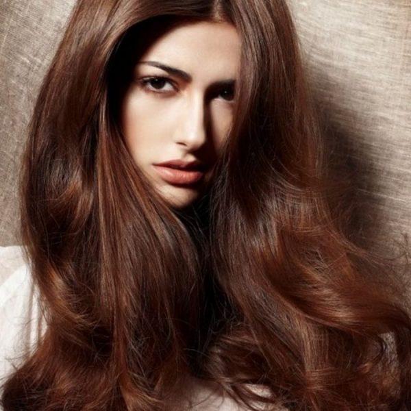 Девушка с волосами шоколадного цвета