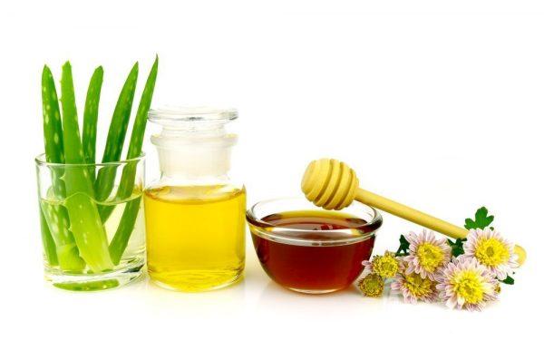 Мед, масло оливы и алоэ в прозрачных ёмкостях