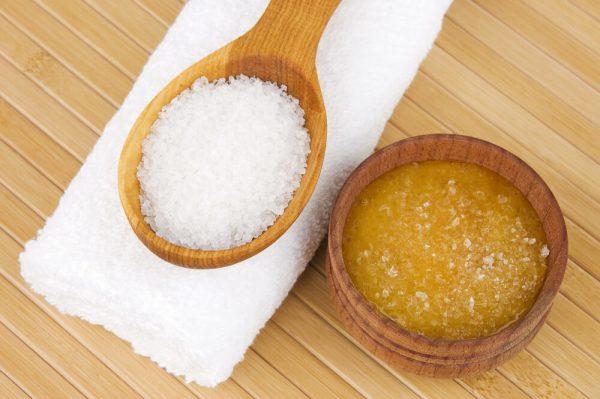 Соль на деревянной ложке и мёд в деревянной ёмкости