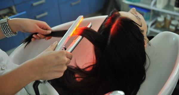 Обработка волос специальным прибором