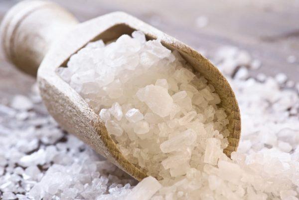Крупная соль на деревянной лопаточке