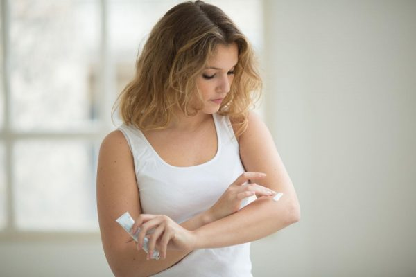Проверка крема на аллергию на сгибе локтя