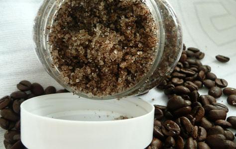 Приготовление пилинга из кофе и соли