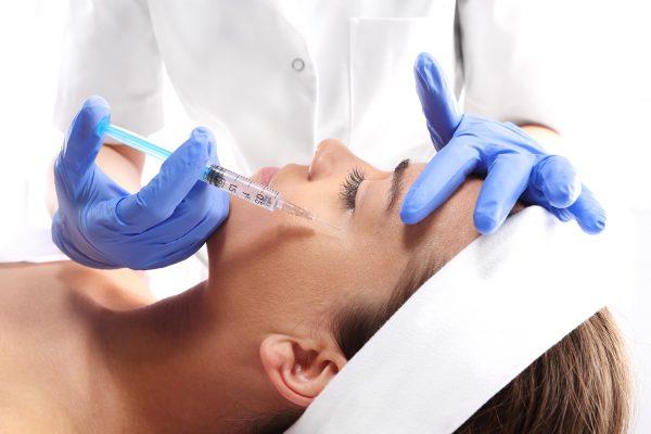 Девушке делают косметологическую инъекцию