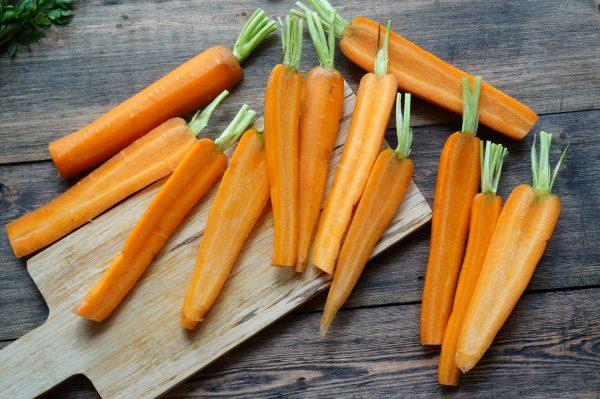 Морковь на деревянном столе