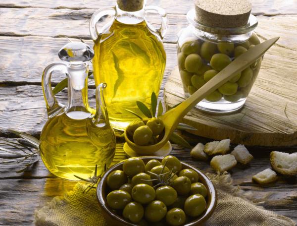 Оливковое масло в графинах и оливки