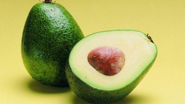 Авокадо на жёлтом фоне