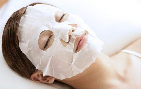 Тканевая маска на лице