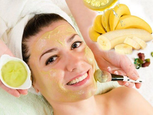Девушке наносят маску с бананом