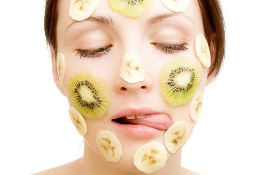 Девушка с кружками фруктов на лице