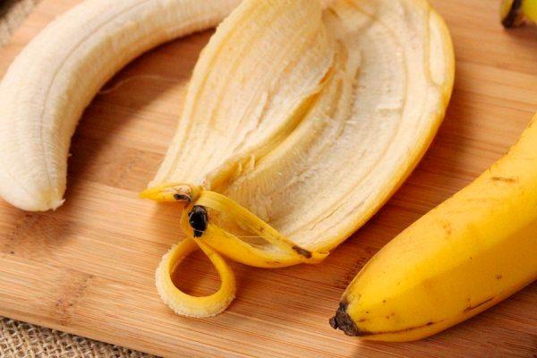 Очищенный банан и его шкурка