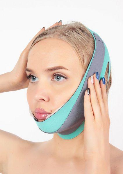 Девушка с эластичной маской-повязкой на лице