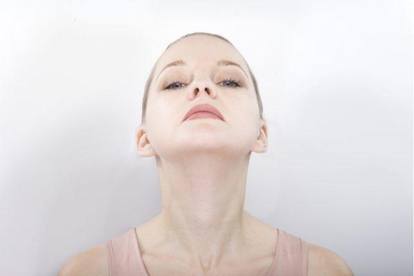 Упражнение из комплекса йоги для лица на расслабление шеи и нижней челюсти