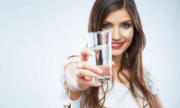 Девушка со стаканом воды